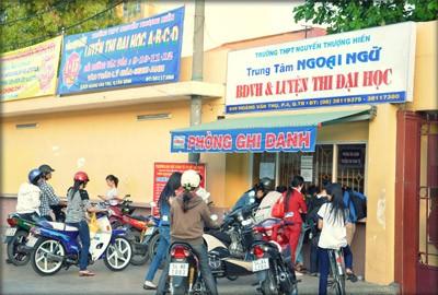 Hình ảnh học sinh đăng ký ghi danh học tại Trung tâm bồi dưỡng văn hóa Nguyễn Thượng Hiền