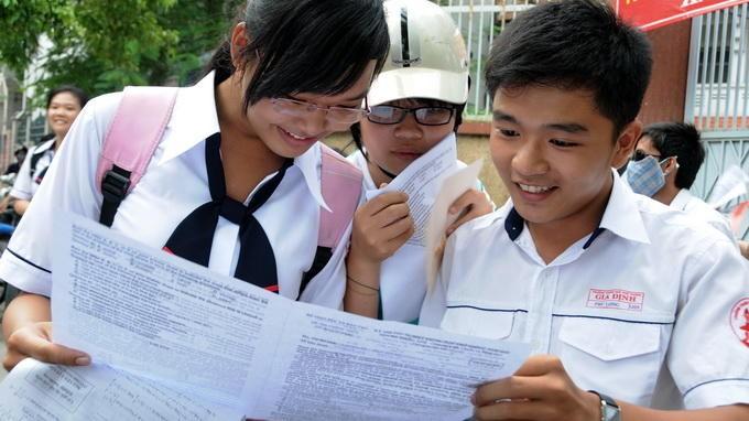 Học sinh trao đổi bài sau khi thi - Ảnh: Minh Đức