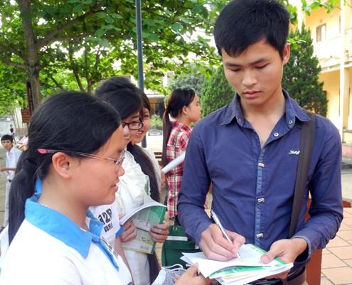 Cường trao đổi với học sinh về phương pháp học các môn khối A. Ảnh: NH.
