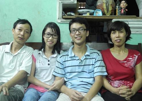 Tùng chia sẻ được bố mẹ dạy cho tính kiên nhẫn, chịu khó và yêu đời. Ảnh: Nguyễn Hòa.