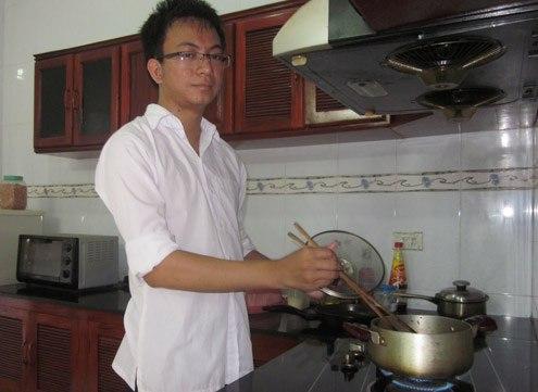 Thủ khoa Nguyễn Thành Trung chuẩn bị nấu cơm trưa cho gia đình. Ảnh: Hải Bình.