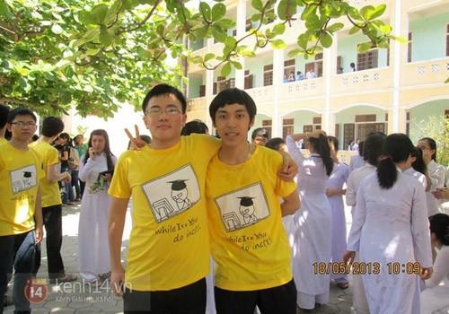 Nguyễn Xuân Đức (phải) - tân thủ khoa đại học Công nghệ - ĐHQG Hà Nội.