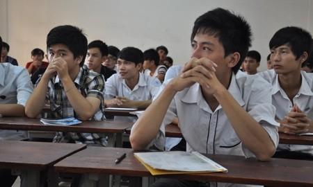 Thí sinh làm thủ tục dự thi đại học đợt 1 vào sáng 3/7. (Ảnh: Văn Chung)