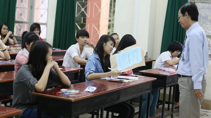 Thí sinh đang kiểm tra đề thi môn toán trước khi mở đề tại điểm thi Nhà Rạng Đông Trường ĐH Nông lâm TP.HCM sáng 9-7 - Ảnh: Như Hùng
