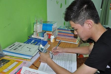 12 năm đèn sách, cậu bé Bùi Chí Hướng đỗ thủ khoa vào Học viện Công nghệ Bưu chính Viễn thông.