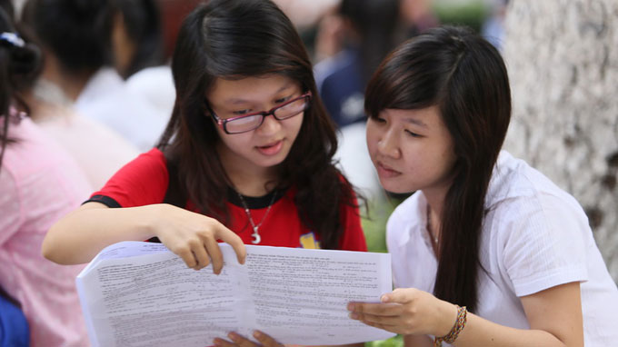 Thí sinh trao đổi bài thi sau khi thi ĐH (tháng 7) - Ảnh tư liệu Tuổi Trẻ