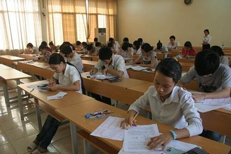 Thí sinh làm bài thi đại học năm 2012.