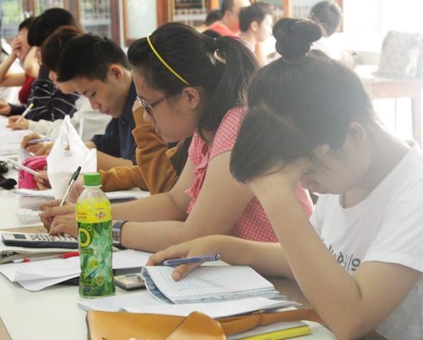 Các thí sinh ôn luyện chuẩn bị cho kỳ thi ĐH sắp tới.
