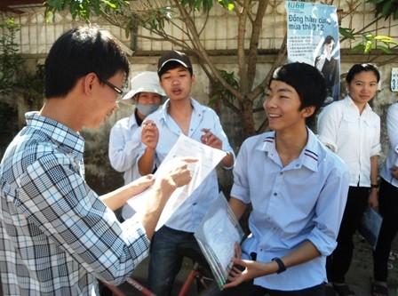 Thí sinh trao đổi sau khi dự thi môn Sinh, kỳ thi tuyển sinh ĐH năm 2012
